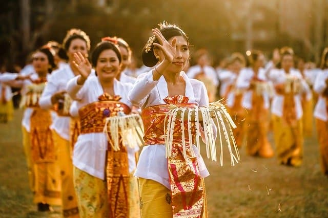 Balinese-new-year-dance-women