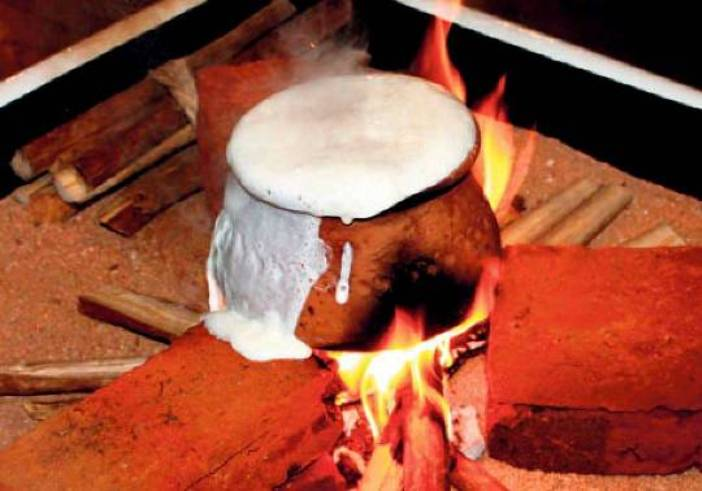 boiling-milk-pongal-Srilankan-New-Year offbeat new year celebrations