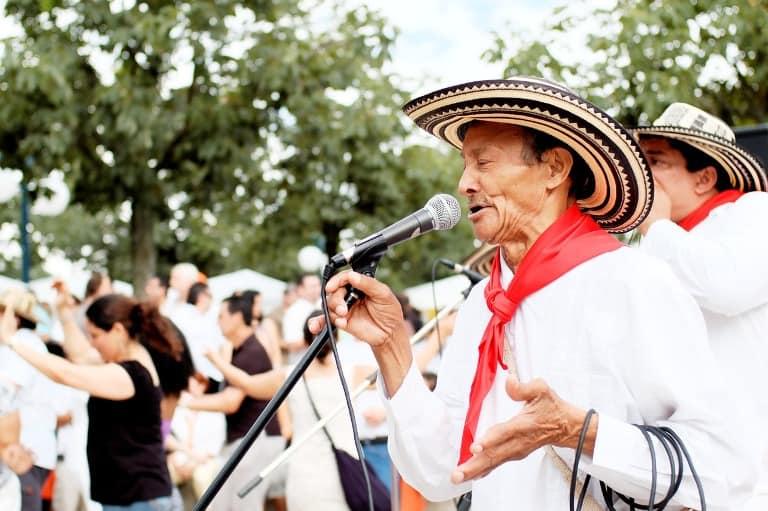 fiesta-singers-spain travel cheap in Spain