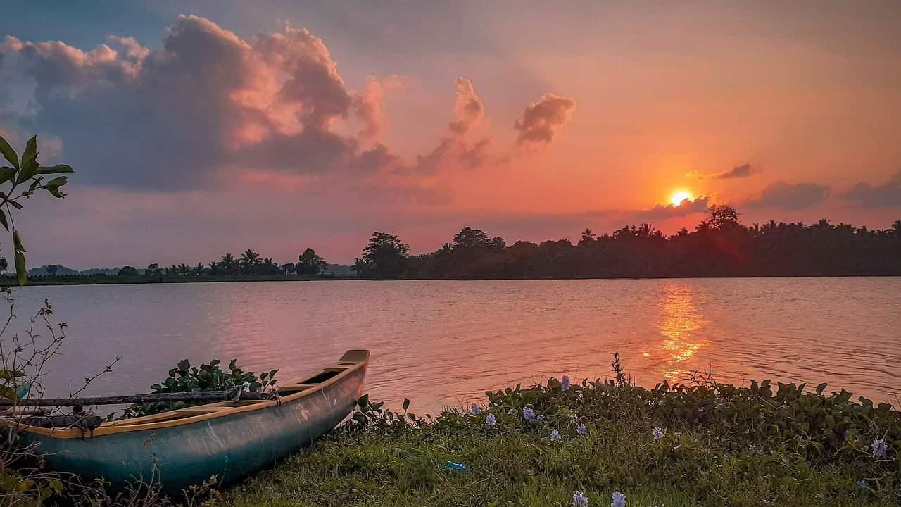 sunrise-boat-waterside